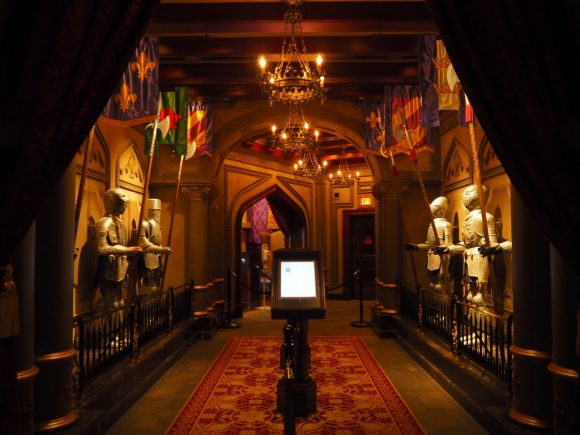 WDW Be Our Guest Restaurant テーブル 通路
