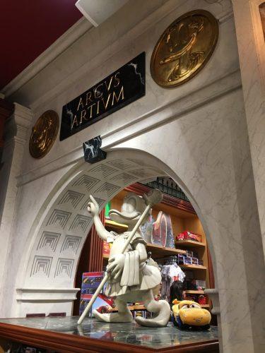 ディズニーストア ローマ ドナルド像