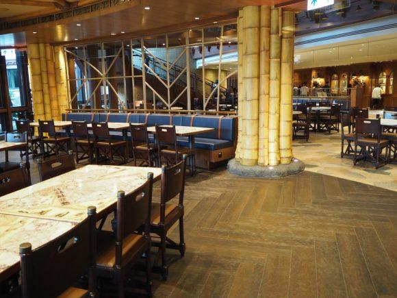チャートルームカフェ テーブル
