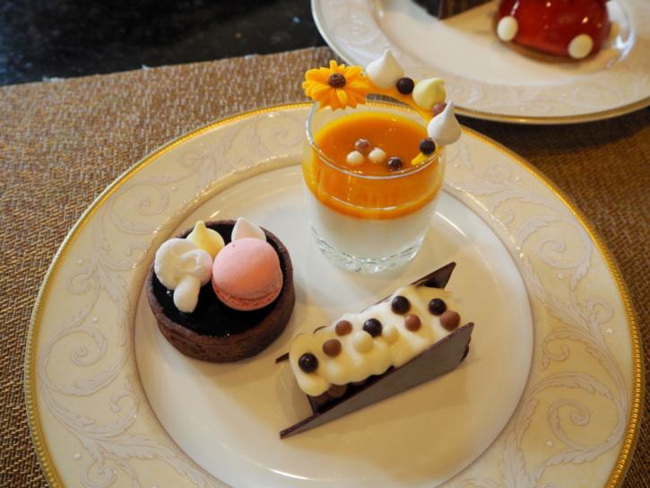 上海ディズニーランドホテル ラウンジ ケーキ取り分け